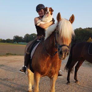 Polly auf dem Pferd Bild 1 300x300 - Polly auf dem Pferd